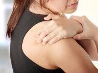 Боль в плече у девушки