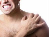 У мужчины болит плечо