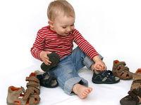 Ребенок с обувью
