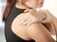 Боль в плечевом суставе у девушки