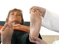 врач осматривает ногу пациентки