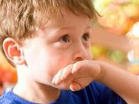 Ребенок приложил руку ко рту