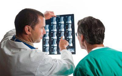 врачи смотрят рентгеновский снимок