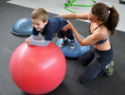 ребенок делает упражнения