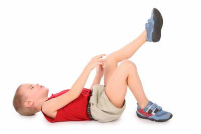У мальчика болит колено