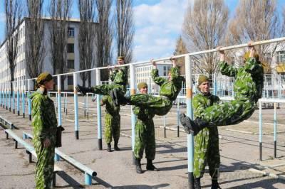 Солдаты занимаются физической подготовкой