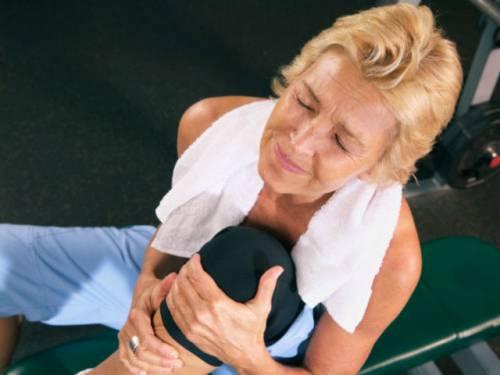 У женщины болит колено
