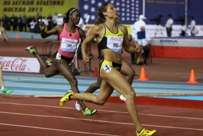 Спортсменки бегают