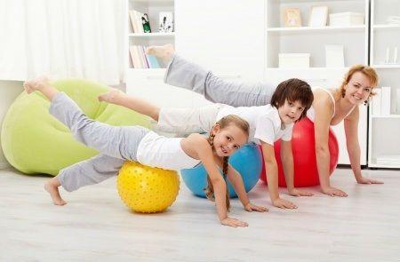Семейное занятие гимнастикой