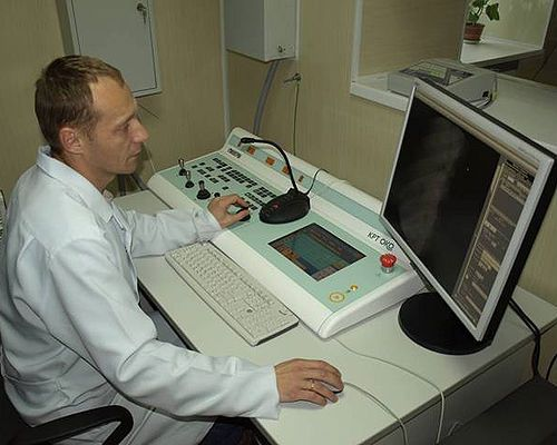 Врач оценивает рентгеновские снимки