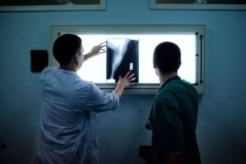 Врачи рассматривают готовые рентгенограммы