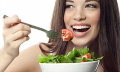 Девушка кушает овощной салат