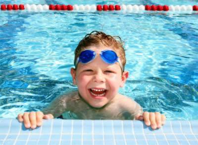 Ребенок занимается водной гимнастикой