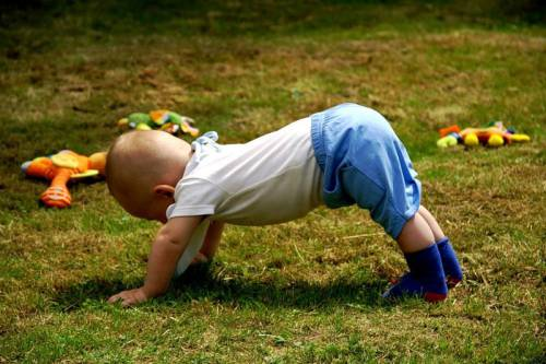 Ребенок занимается зарядкой