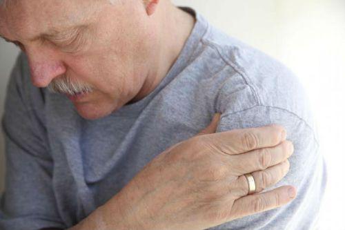 Боль в плечевом суставе у мужчины
