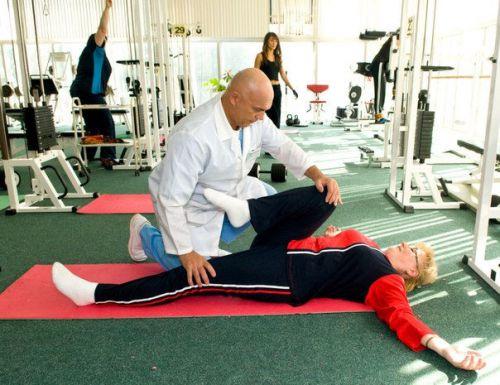 Врач помогает делать упражнение