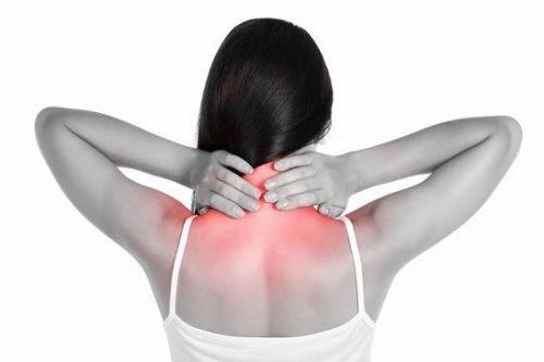 Болит шея у женщины