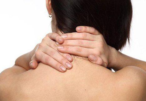 Женщина растирает шею