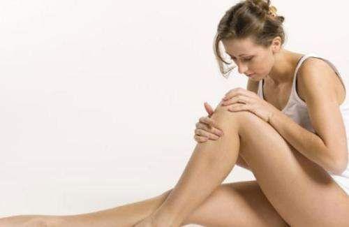 Девушка осматривает колено