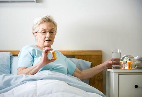 Бабушка принимает лекарства