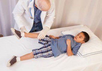 Мальчика осматривает врач