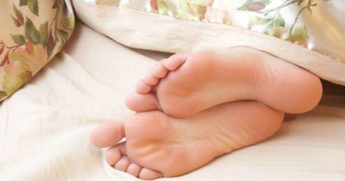 Почему сводит ноги по ночам: причины судорог в ночное время, от чего бывают