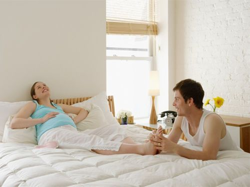 Муж делает беременной жене массаж стоп