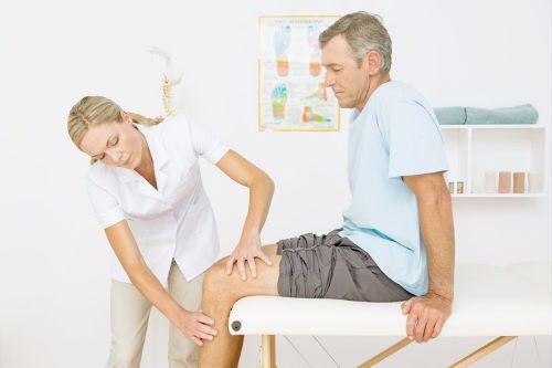 Осмотр колена врачом