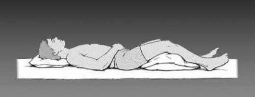 Сон с валиком под коленями