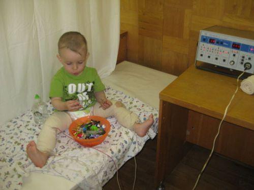 Ребенок на процедуре электромиостимуляции