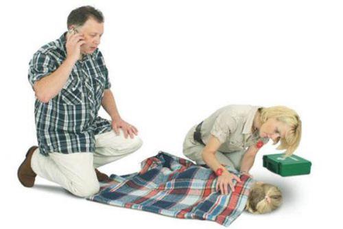 Родители склонились над ребенком на полу