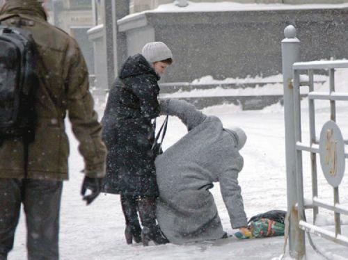 Женщина падает на льду