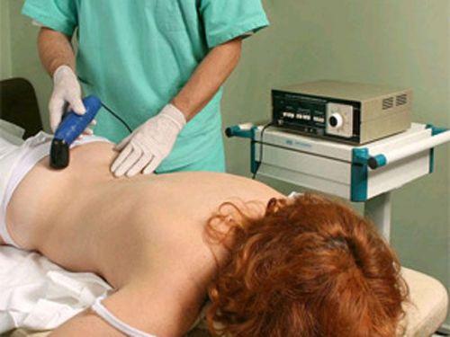 Женщина на физиопроцедуре