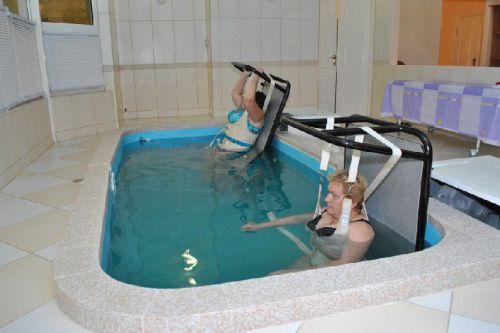 Женщины в бассейне вытягивают позвоночник