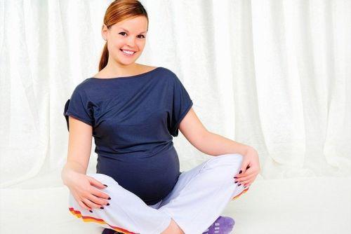 Беременная сидит на полу
