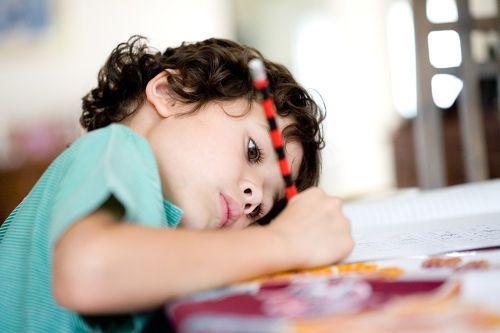 Ребенок пишет сутулясь