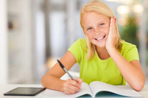 Веселая девочка за уроками
