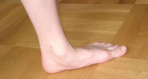 Нога стоит на полу