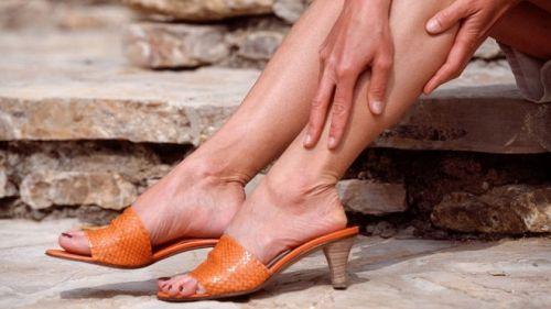 Женщина трет ноги