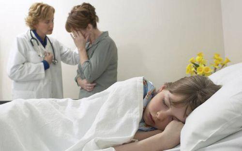 Девочка спит в больнице, мама плачет