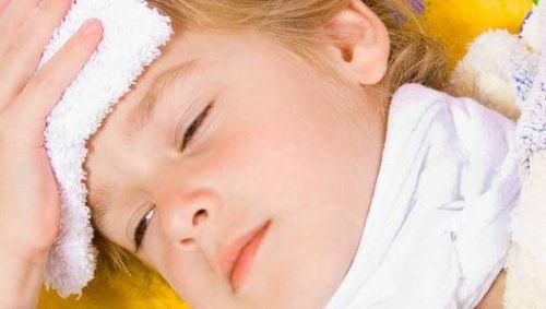 У ребенка компресс на лбу и шее