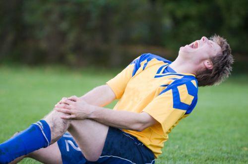 Футболист ударился коленом