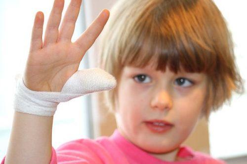 У ребенка перебинтован палец