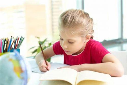 Девочка за уроками