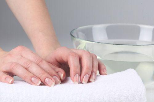 Руки и емкость с водой