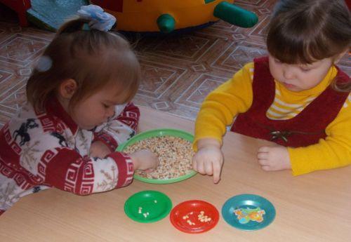 Дети сортируют крупы