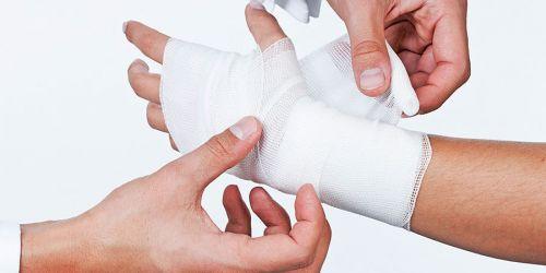 Забинтовуют кисть руки