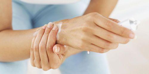 Смазывание мазью руки