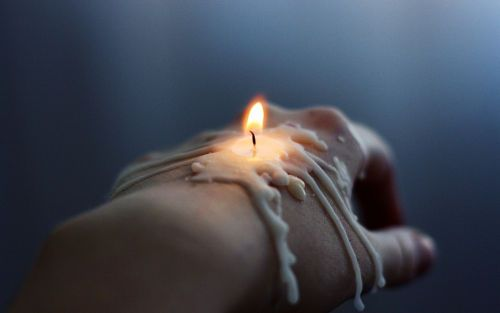 Горящая свеча на руке