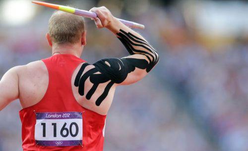 Тейпирование плеча у спортсмена